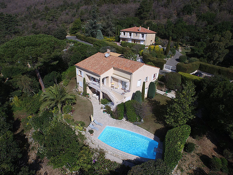 Grasse-luxe-villa-met-zeezicht-en-zwembad-luchtfoto