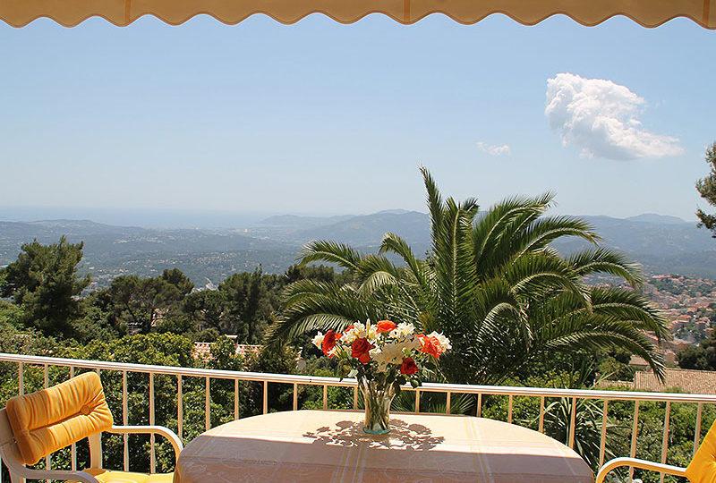 Grasse-luxe-villa-met-zeezicht-en-zwembad-terras