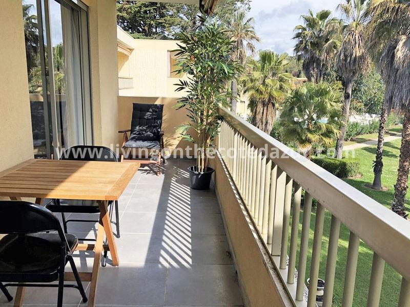 Gerenoveerd twee slaapkamer appartement Juan les Pins in park met zwembad