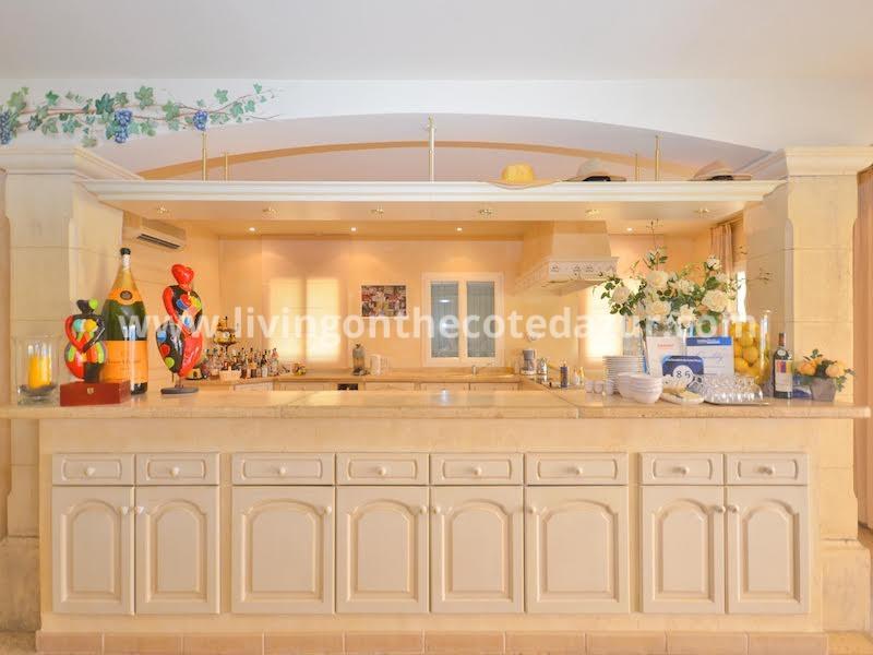 Met 8 slaapkamers en 6 badkamers is deze zonnige villa in Saint Paul de Vence de perfecte B&B. Recent gebouwd op een dominante positie in rustige omgeving